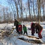 Kinder rücken Holz mit der Hand