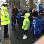 Frau Angersbach erklärt uns genau, wie man die Straße richtig überquert!